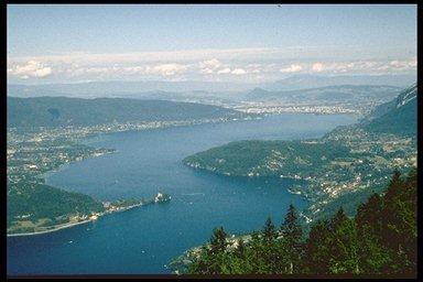 lac d'Annecy depuis la Forclat, sur la gauche, en haut, le Semnoz